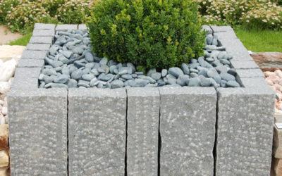 Alleskönner in der Gartengestaltung: Granit Stelen