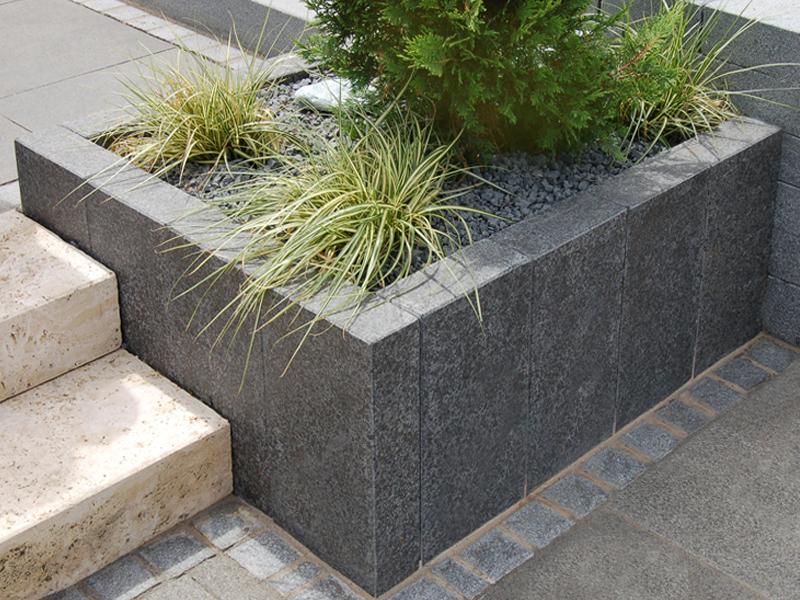 Basalt Stelen und Randsteine