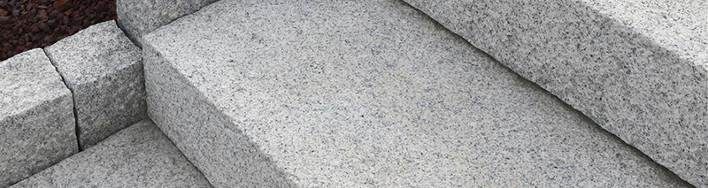 Blockstufen aus hellgrauem Granit