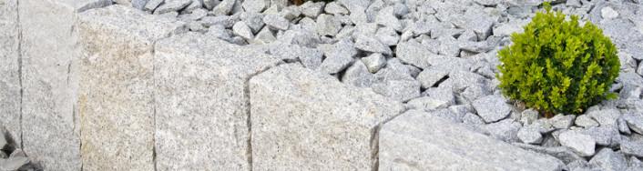 Hellgraue Granitstelen gestockt