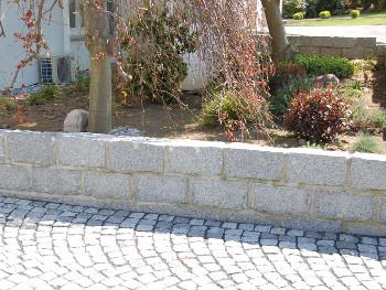 Mauersteine aus hellgrauem Granit mit gestockter Oberfläche