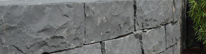 Spaltraue Mauersteine aus schwarzem Basalt